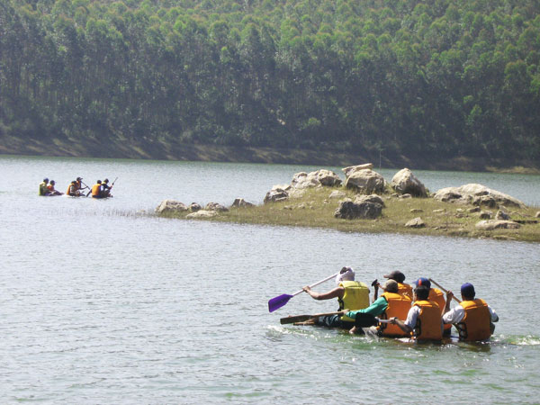 Rafting in the lake near Munnar camps